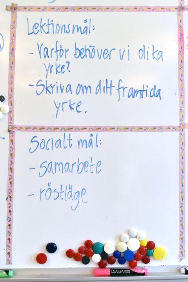 Lektionsmål och sociala mål står på whiteboard.