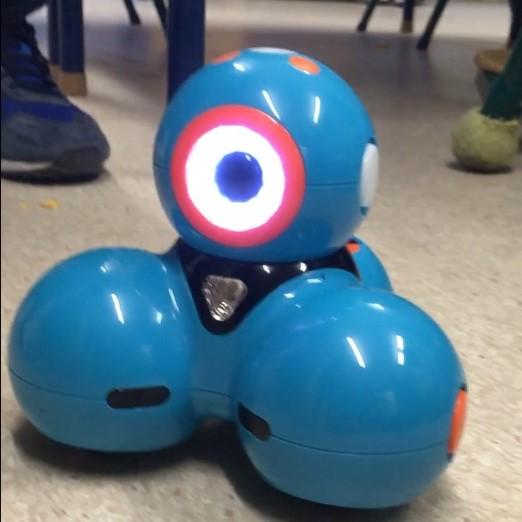 Blå robot med stort öga på toppen.