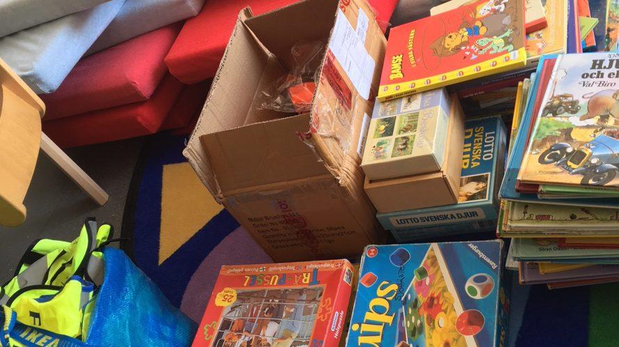 Böcker och spel i högar.