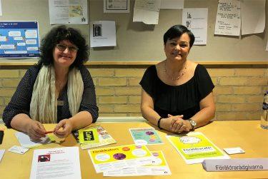 Två kvinnor från Föräldrarådgivarna sitter bakom ett bord.