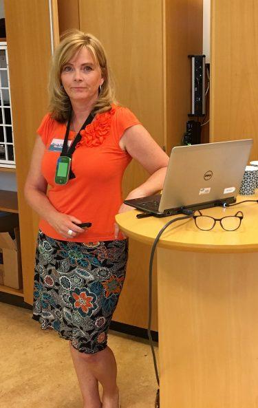 Maria Nilsson Nordfors står beredd att börja föreläsa.