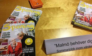 Tidningar ligger på ett bord.
