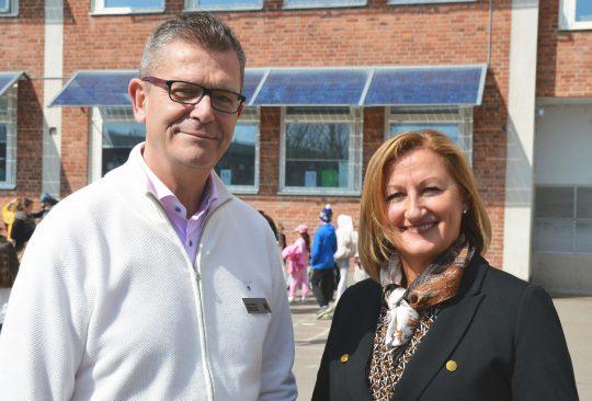 Rektorerna Leon Nawrot och Slavica Drazic står på Mellanhedsskolan skolgård