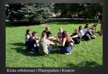 Elever sitter i park och samtalar.