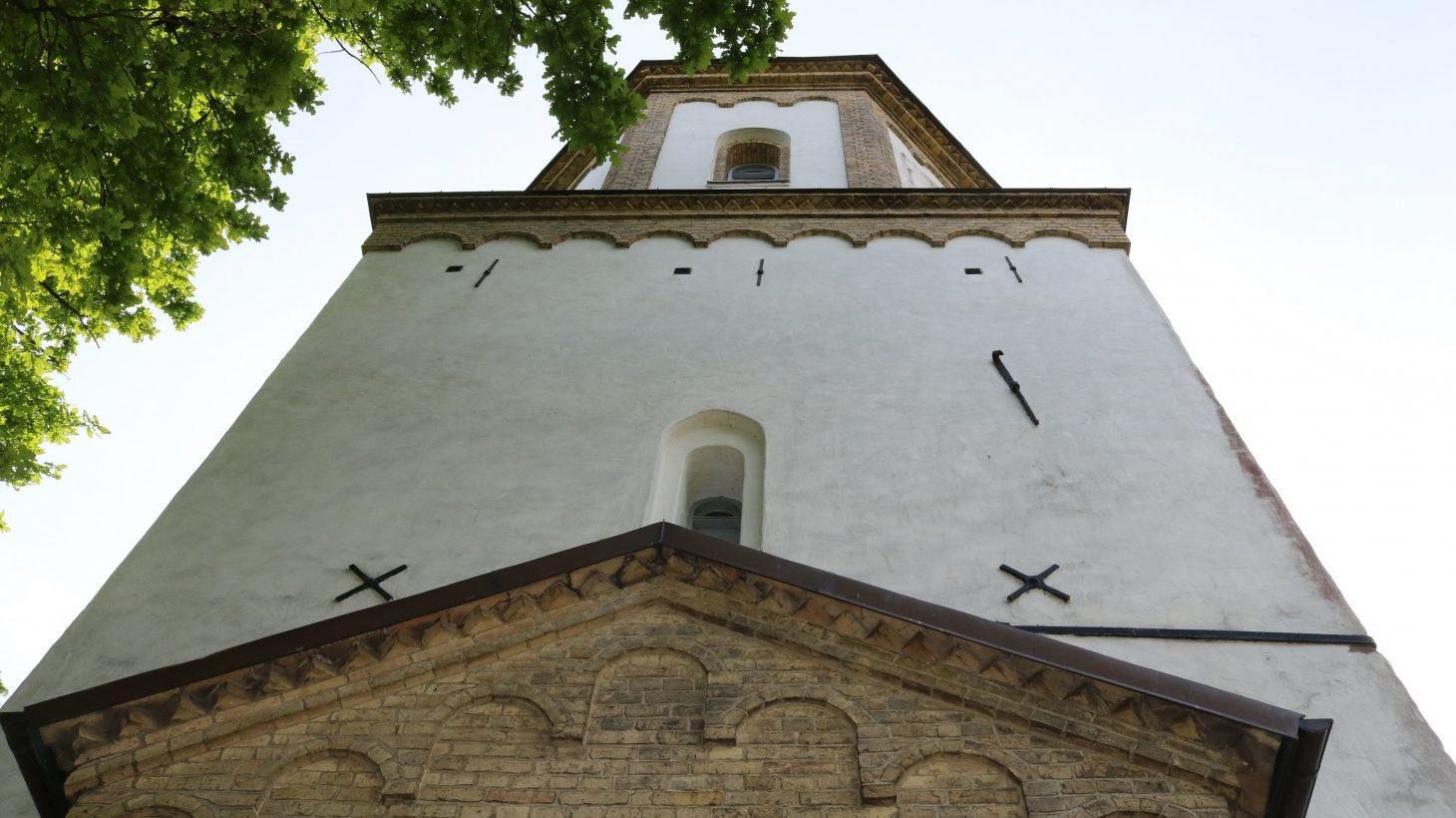 Västra Skrävlinge kyrkas torn.