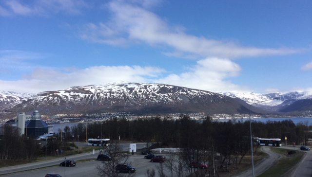 Vy över snöklädda berg i Norge.