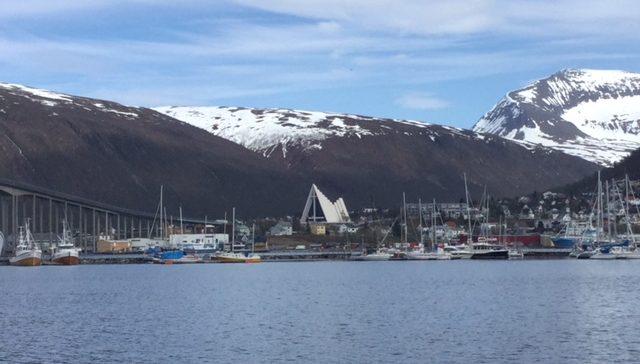 Norska berg med snö på toppen.