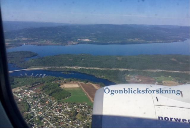 Vy över Norge från flygplansfönster.