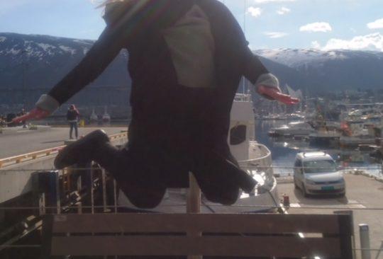 Kvinna hoppar upp i luften.