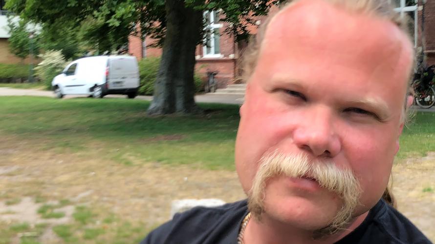 Joakim Ljunggren framför Rönnenskolan.
