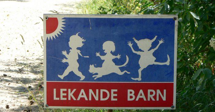 Skylt som varnar för lekande barn.