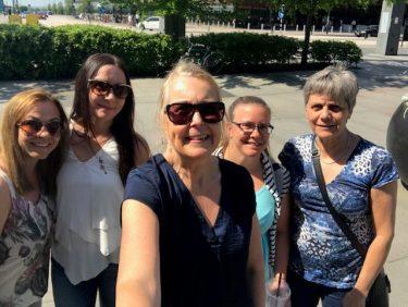 Fem kvinnor tar en selfie.