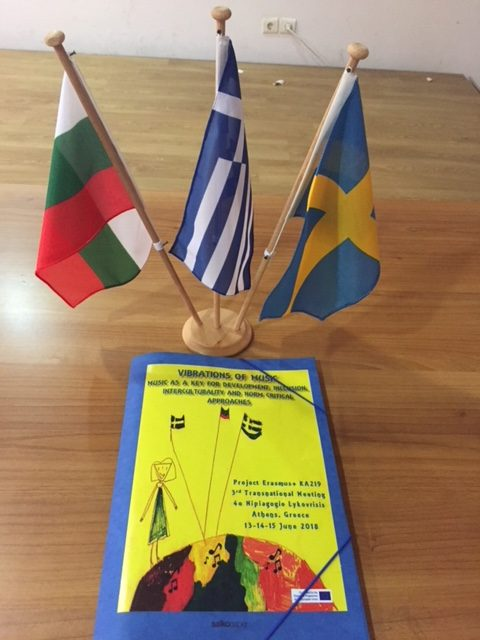 Tre flaggor på ställning framför kompendium om Vibrations of music.
