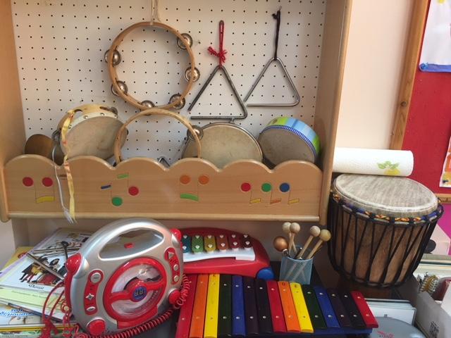 Olika instrument såsom trummor, triangel, xylofon och tamburin hänger på vägg.
