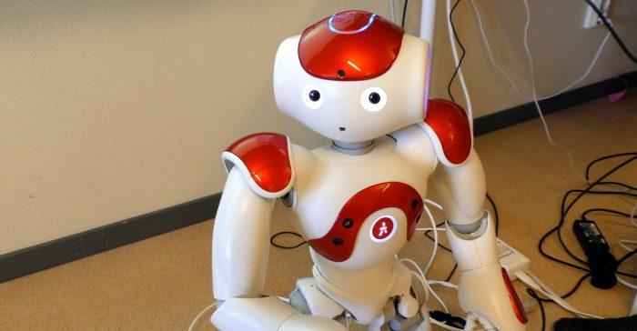 En humanoidrobot tittar fram.