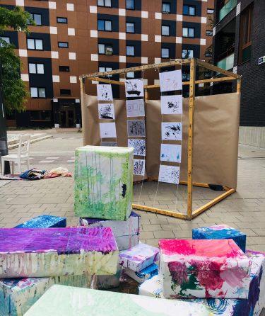 Barns konstverk i form av färgade lådor.
