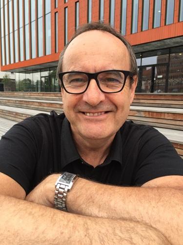 Professor John Storan framför konserthuset Malmö Live
