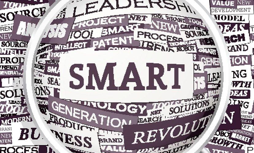 Förstoringsglas zoomar in på ordet smart.