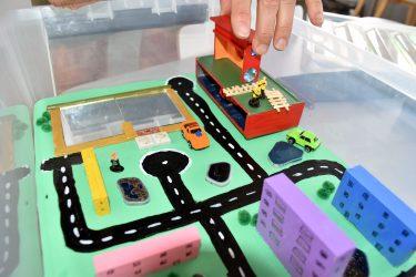 På Hammarhajens förskola har barnen varit med och byggt leklådor med olika teman. Här är en stadsmiljö mede hus, vägar och bilar.