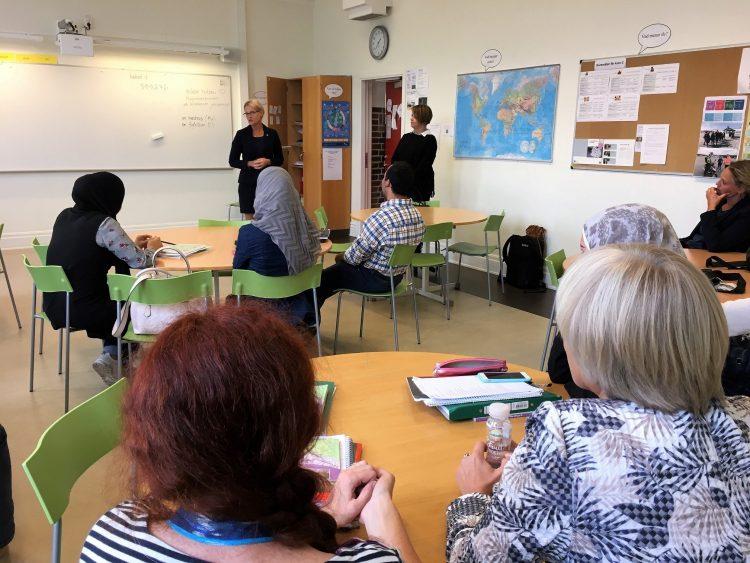Helen Fritzon pratar med elever på Komvux.