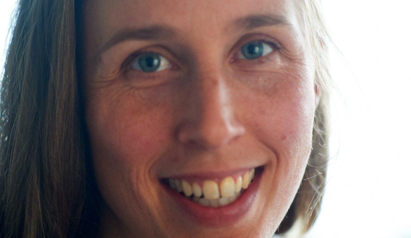 Kvinna från Tillitsverket ler mot kamera.