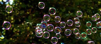 Solen reflekteras i såpbubblor.