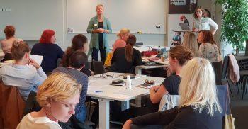 Kvinna föreläser framför publik.