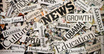 Ordet news ligger ovanpå tidningsurklipp.