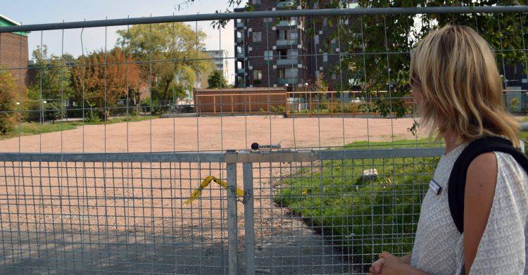 Grusplan omhägnad av staket