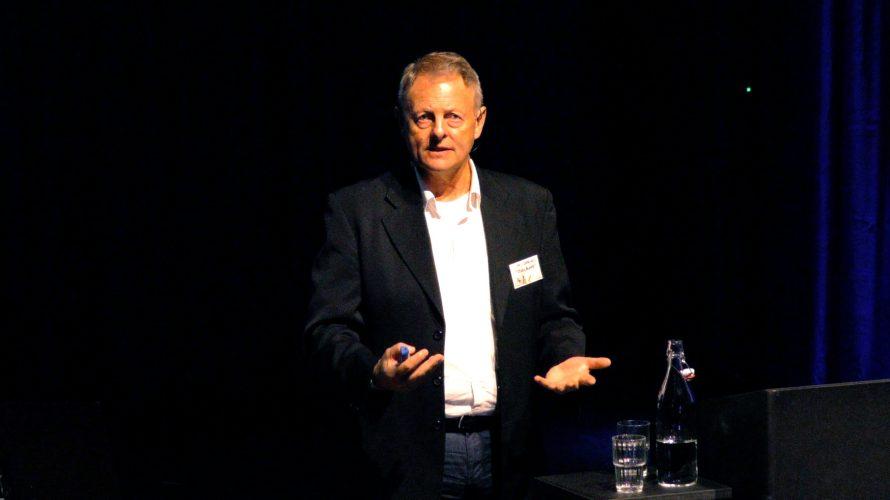 Jim Cummins, professor i språkvetenskap, föreläser på Pedagog Malmö Live.