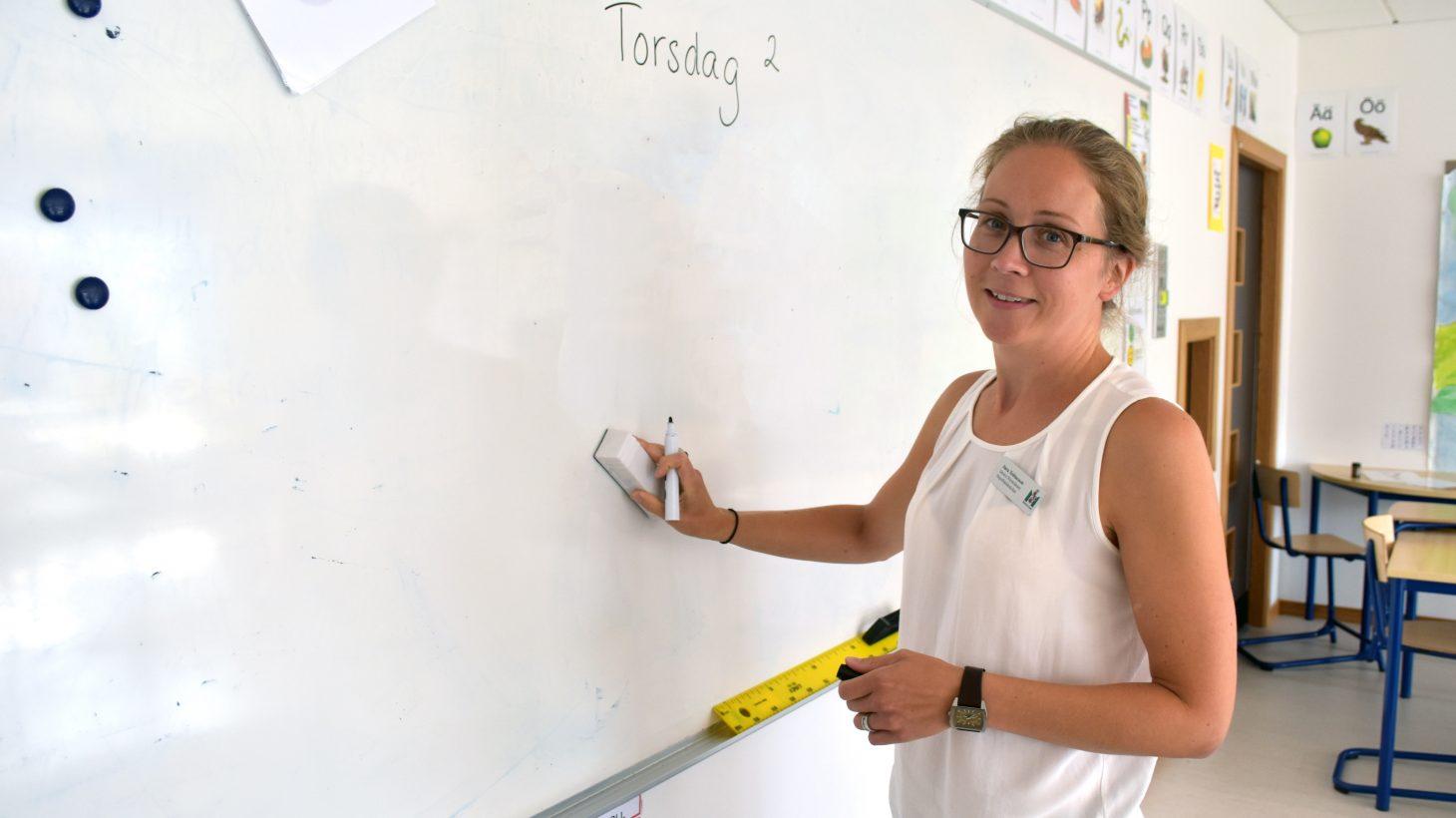 Sara Tobiaeson, förstelärare på Stapelbädsskolan suddar på whiteboard.