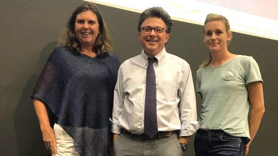 Ross Greene tillsammans med två kvinnor.