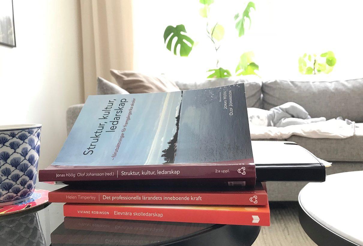 Flera böcker på hög.