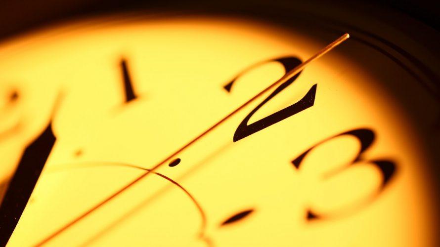 Närbild på gammal analog klocka.