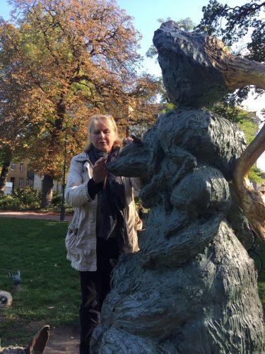 Kvinna tar på statyn Diana.