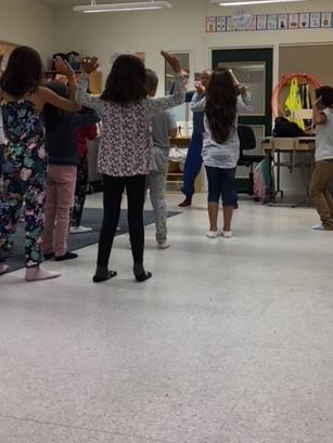 Elever dansar i klassrum.