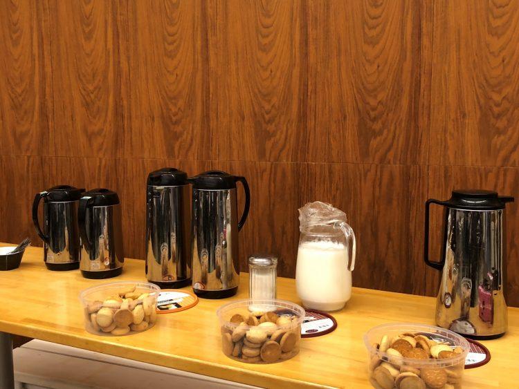 Kaffetermosar och kakor framdukade.