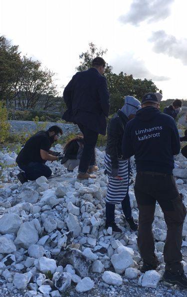 Pedagoger och elever i stenhög vid Limhamns kalkbrott.