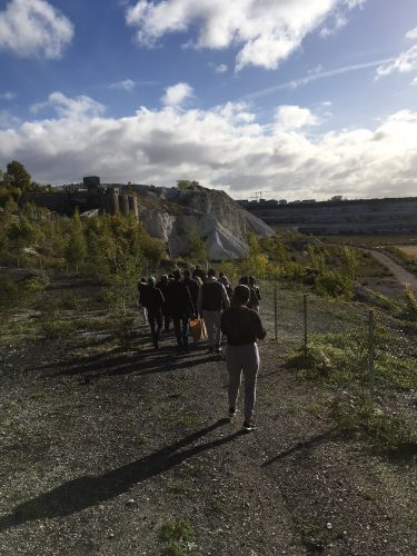 Elever på väg ner i Limhamns kalkbrott.