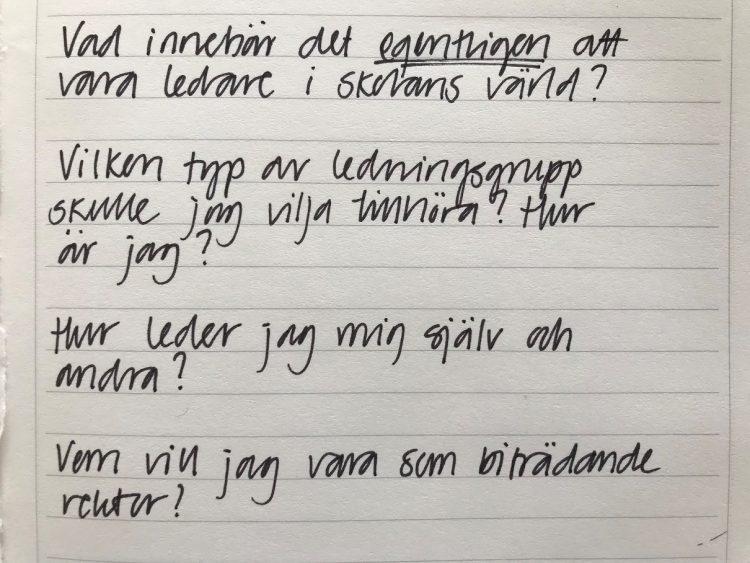 Flera frågor antecknade på vitt papper med svart penna.