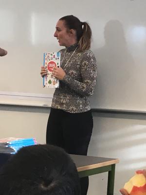 Angelica Ioseinov undervisar i klassrum.