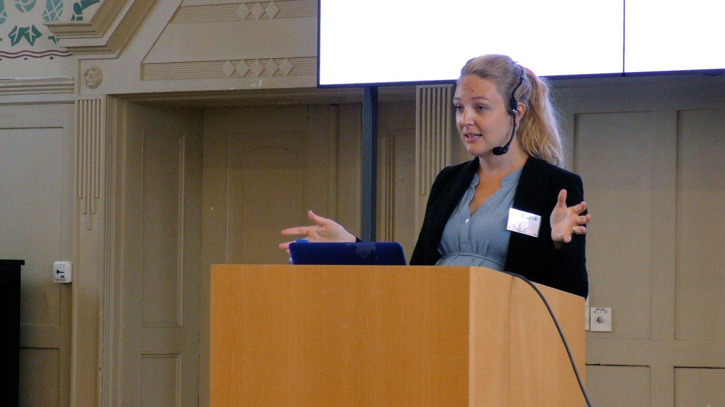 Lucy Crehan föreläser.