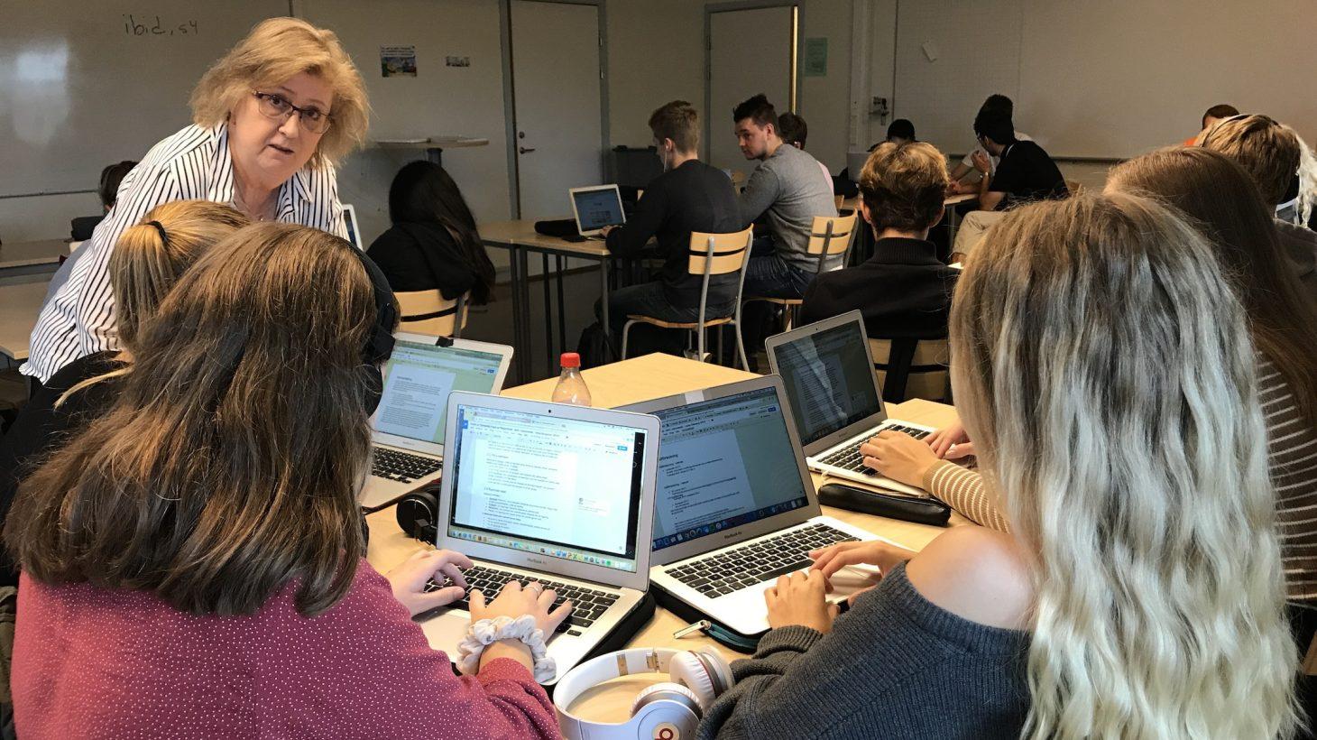 Eva Henriksson Garatea samtalar med elever.