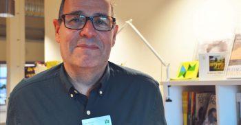 Lars Norlin framför en bokhylla.