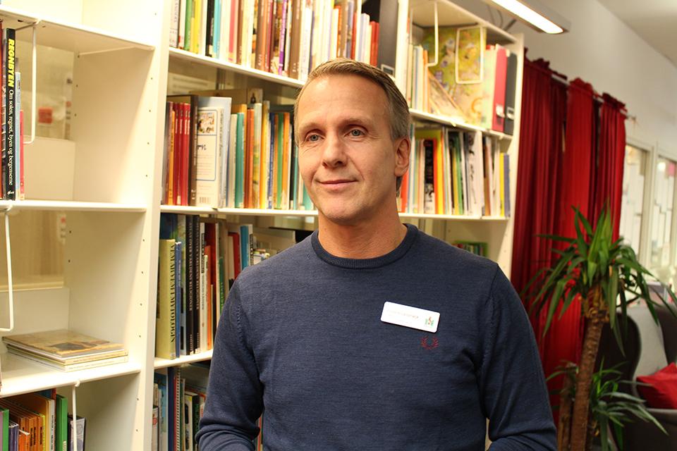 Anders Lassnack i bibliotek.