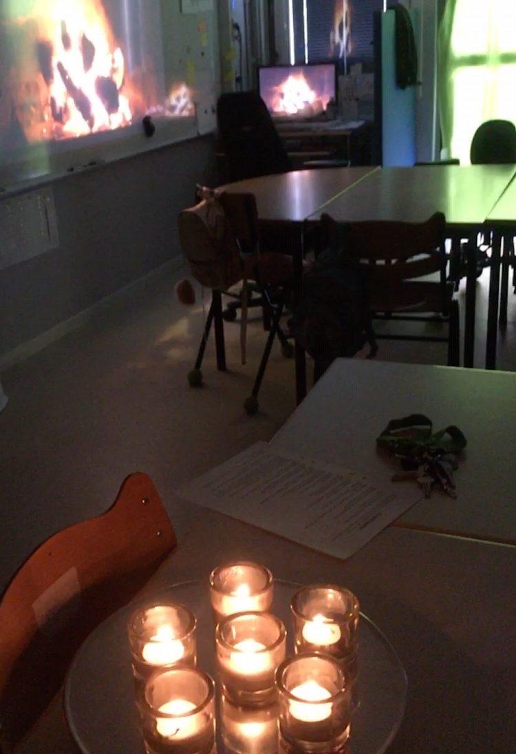 Tända ljus i klassrum.