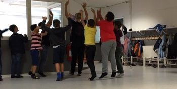 Barn dansar i klassrum.