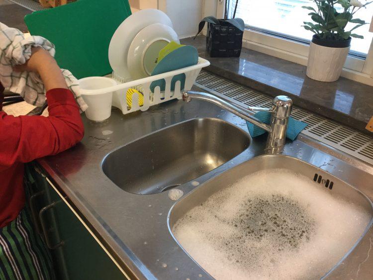 Elev diskar för hand.