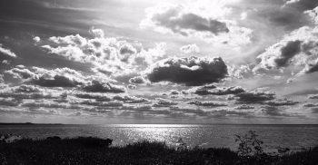 Havet med moln i motsol.