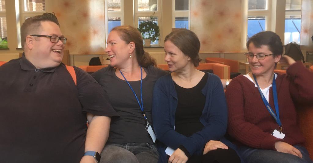 Fyra lärare från Pauliskolan ler mot varandra.